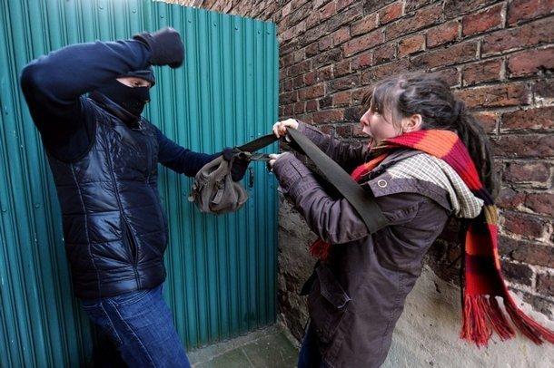 В Новочеркасске  грабитель посреди улицы напал на жертву