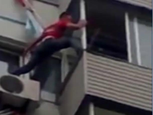 В Новочеркасске, возомнивший себя альпинистом, пьяный военнослужащий свалился с четвертого этажа
