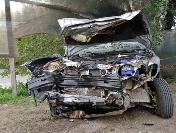 Потерявший управление водитель пробил насквозь забор и попал в больницу в Новочеркасске