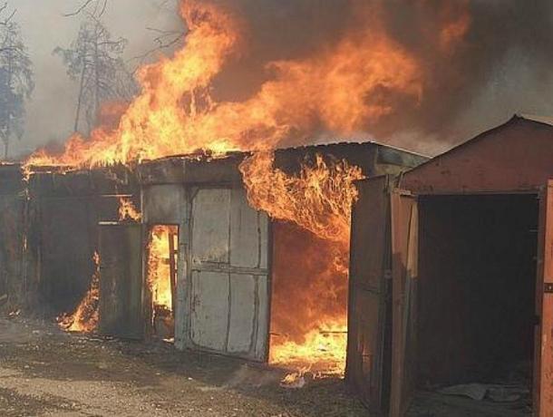 Адское пламя уничтожило несколько гаражей в Новочеркасске