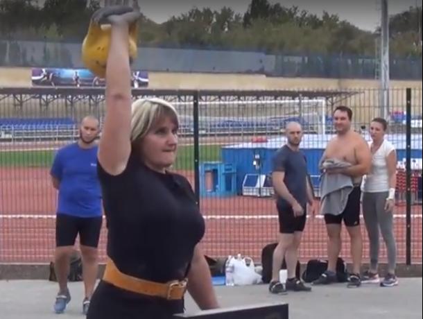 Преподаватель новочеркасского политеха установила рекорд Дона в рывке 16-килограмовой гири