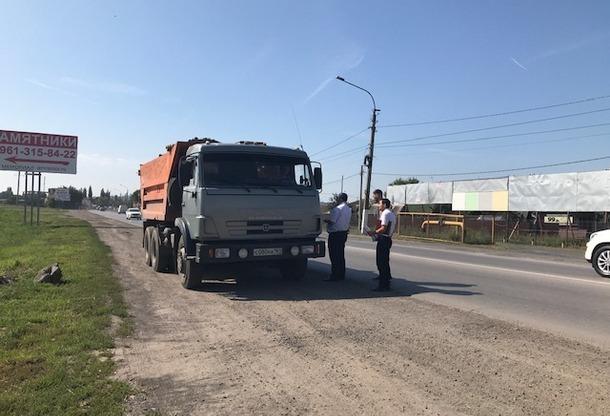 В Новочеркасске водителей грузовиков оштрафовали за неправильную перевозку песка и щебня
