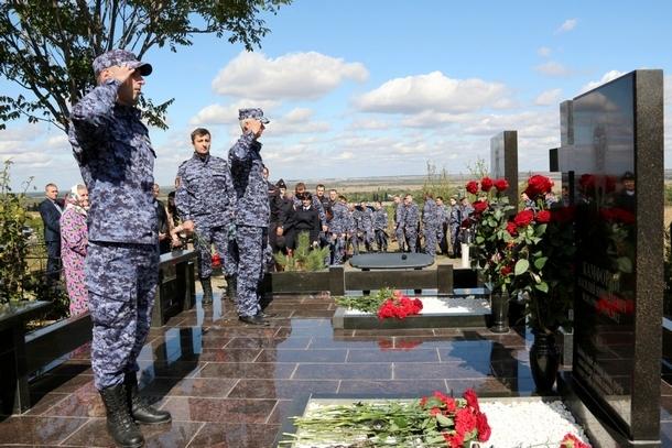 Сотрудники вневедомственной охраны почтили память погибших в Новочеркасске сослуживцев