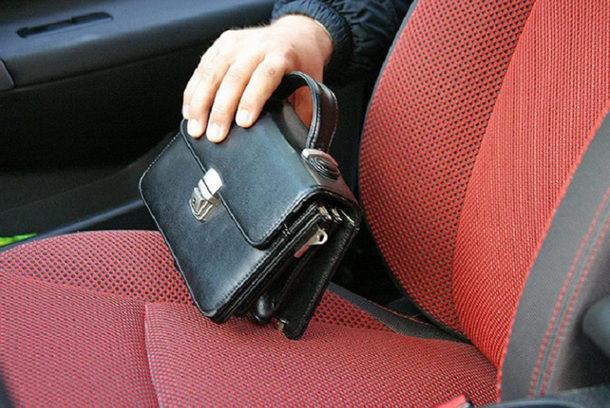 Житель Новочеркасска украл из незапертой машины сумку с деньгами