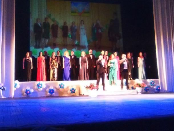 Бал лучших школьников города прошел в новочеркасском театре Комиссаржевской