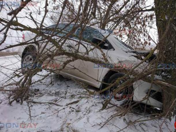 «Фольксваген» улетел с трассы и врезался в дерево под Новочеркасском