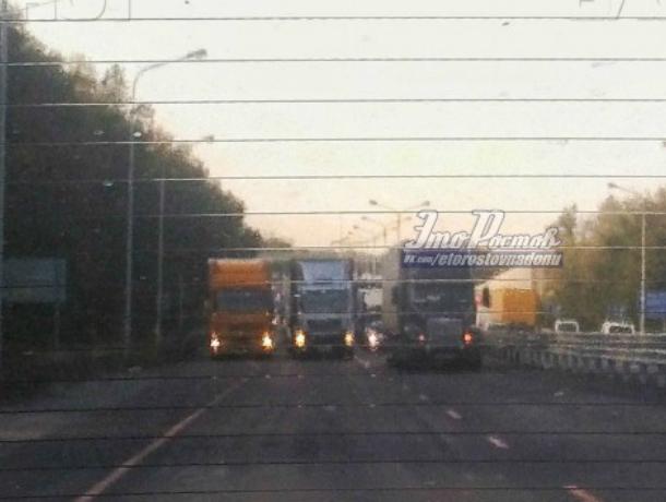 Три фуры перекрыли дорогу под Новочеркасском и устроили серьезный затор