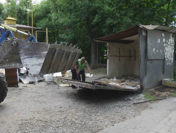 В Новочеркасске демонтировали бесхозный ларек на улице Макаренко