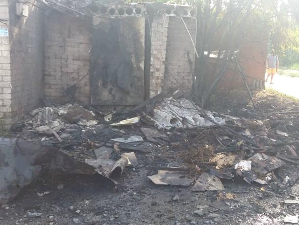 В Новочеркасске загорелась несанкционированная свалка на улице Майской