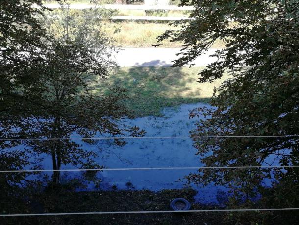 В Новочеркасске рабочие вылили откачанную из канализации жижу под окна жилого дома