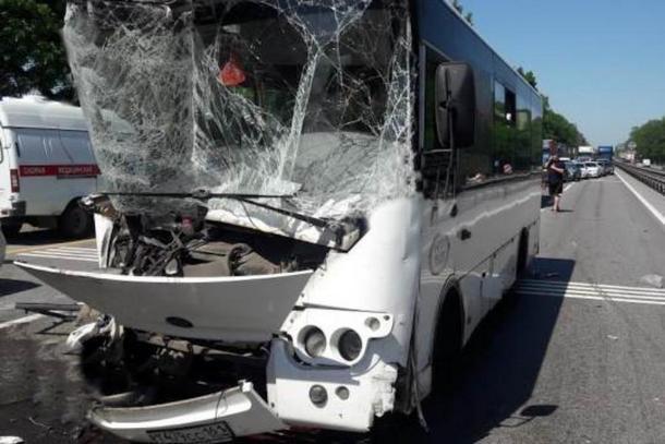 Под Новочеркасском пассажирский автобус врезался в фуру