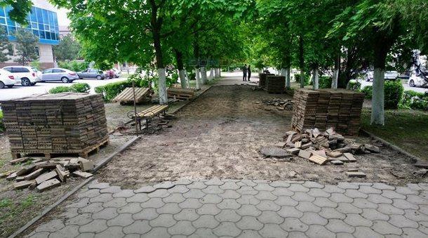 В Новочеркасске сняли тротуарную плитку с проспекта Платовского