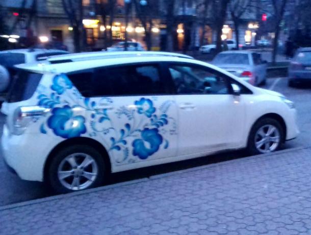 Расписанный под Гжель автомобиль колесит по ростовским улицам
