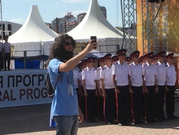 Кадеты из Новочеркасска показали иностранцам традиционный донской танец и фланкировку казачьей шашкой
