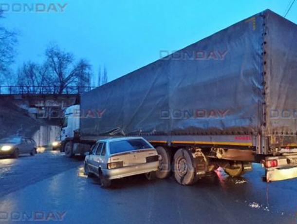 Военные на «четырнадцатой» протаранили перегородившую дорогу фуру в Новочеркасске