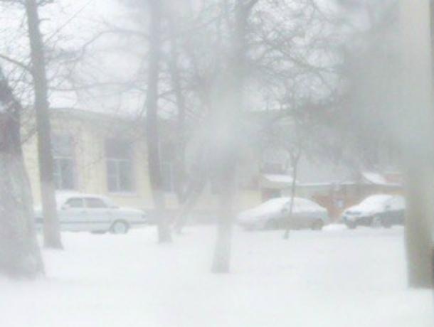 Новочеркасск снова может утонуть в снегу: движение парализовано, машины бьются