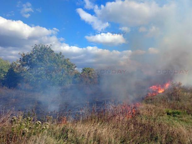 Целый час боролись спасатели с огнем, поглотившим окраину Новочеркасска