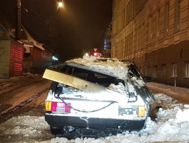 Огромный снежный сугроб, свалившийся со школьной крыши, изуродовал автомобиль в Новочеркасске