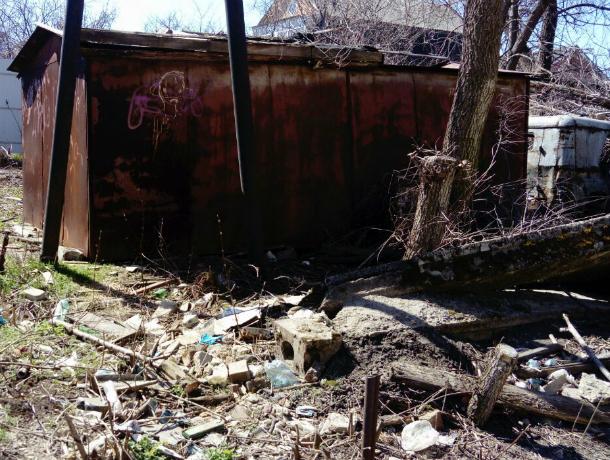 Уродливые мусорные завалы на детской площадке угрожают безопасности малышей в Новочеркасске