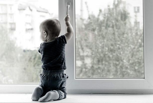 В Новочеркасске годовалый ребенок выпал из окна