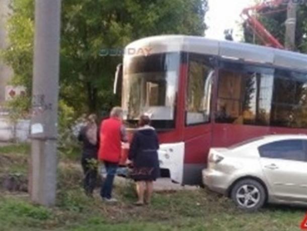 В Новочеркасске новый трамвай сбил летящую через пути «Мазду»