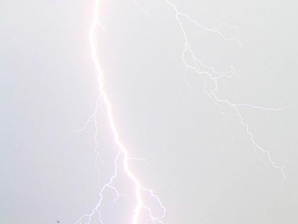 Удар молнии поразил пятиэтажку в Новочеркасске