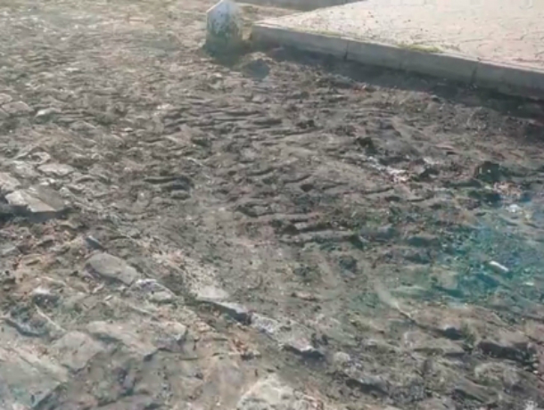 В Новочеркасске вручную сняли асфальт с исторической брусчатки