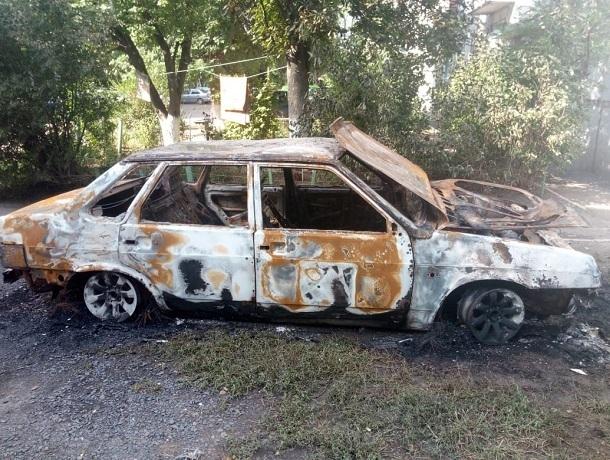 Один автомобиль сгорел, и два пострадало в Казачьих лагерях под Новочеркасском