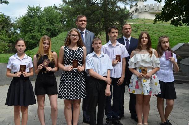 В День России семи новочеркасцам вручили паспорта