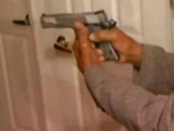 Разъяренный новочеркасец стрелял в собственного сына, пока у него не кончились патроны