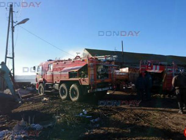 В Новочеркасске, охваченную пламенем ферму тушили две пожарные машины