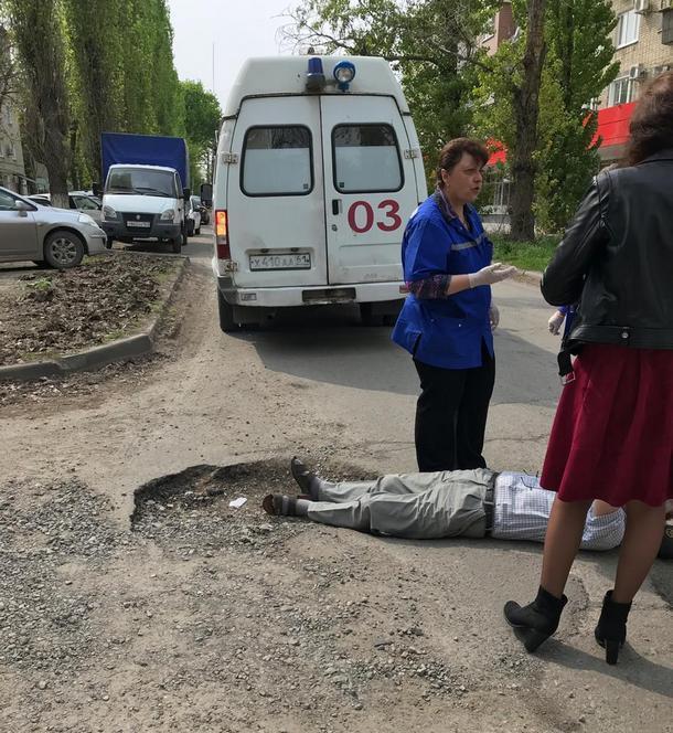 В Новочеркасске пожилой мужчина упал на дороге в яму  и не смог самостоятельно подняться