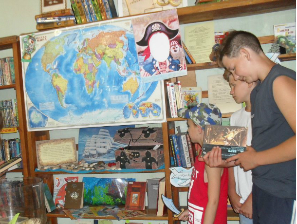 Литературно-творческий конкурс «За 90 дней лета вокруг книжного света» проходит в Новочеркасске