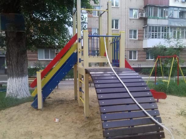 В Новочеркасске установили новые игровые комплексы и 15 скамеек