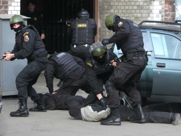 Банду рецидивистов схватили в Новочеркасске во время кражи очередной элитной иномарки