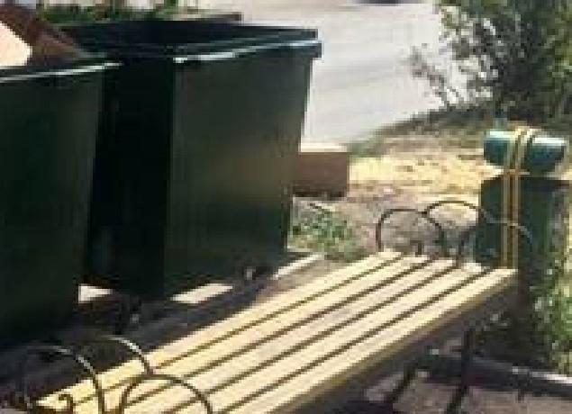 Скамейки для отдыха горожан в Новочеркасске поставили возле мусорных контейнеров