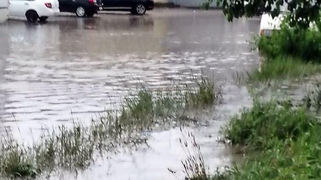 В Новочеркасске затопило площадь возле железнодорожного вокзала