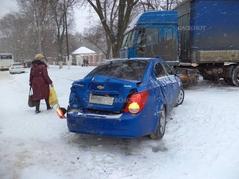В Новочеркасске ДТП на несколько часов парализовало движение на улице Юннатов