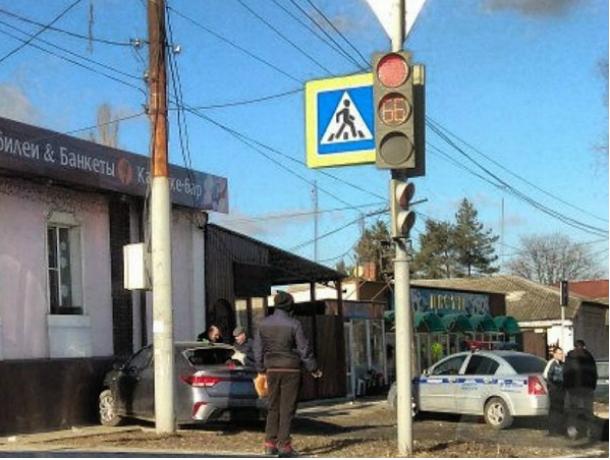 Легковушка пошла на таран кафе в Новочеркасске