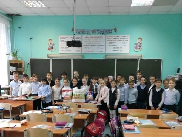Ученики школы № 14 Новочеркасска собрали гуманитарную помощь для собачьего приюта