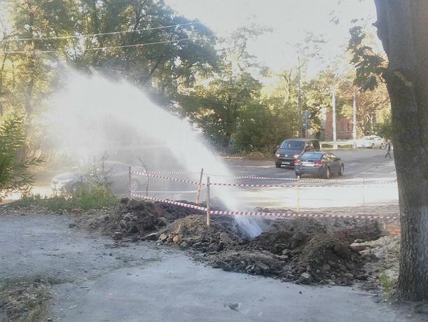 Коммунальный фонтан на улице Энгельса в Новочеркасске попал на видео