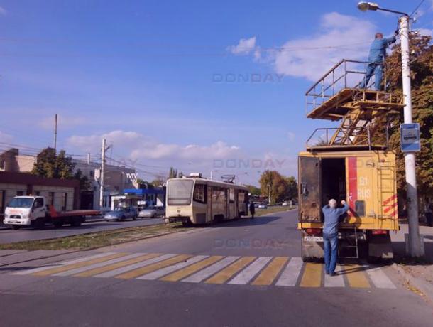В Новочеркасске тяжеловоз разорвал трамвайные провода на Юбилейной площади