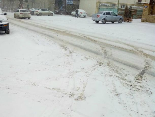 Метель неожиданно обрушилась на Новочеркасск; сугробы на городских улицах растут, а снегоуборочной техники пока не видно