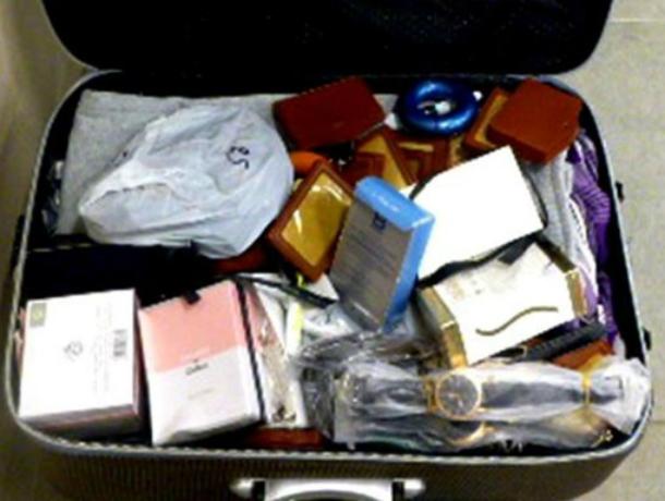 Тысячу незаконных товаров изъяли у гражданина Афганистана в аэропорту под Новочеркасском