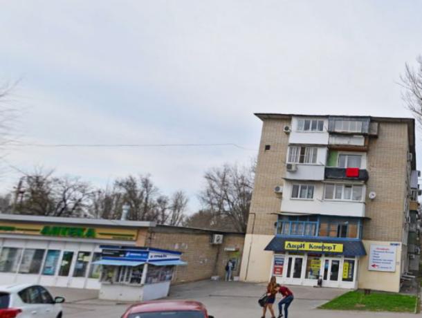 В Новочеркасске маленький ребенок запер маму на балконе
