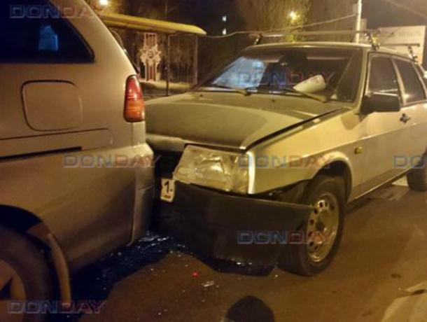 Беспечный водитель «Мерседеса» протаранил две машины на светофоре