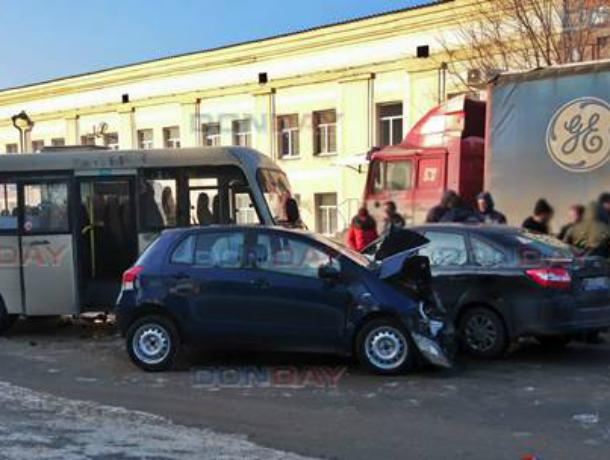 Нетерпеливая автоледи за рулем «Тойоты» пошла на таран маршрутки в Новочеркасске