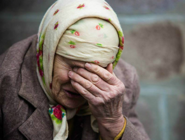Мужчина напал на пенсионерку в Новочеркасске, выхватив у нее сумку