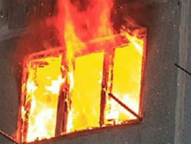 Ночной пожар взбудоражил жителей пятиэтажного дома в Новочеркасске